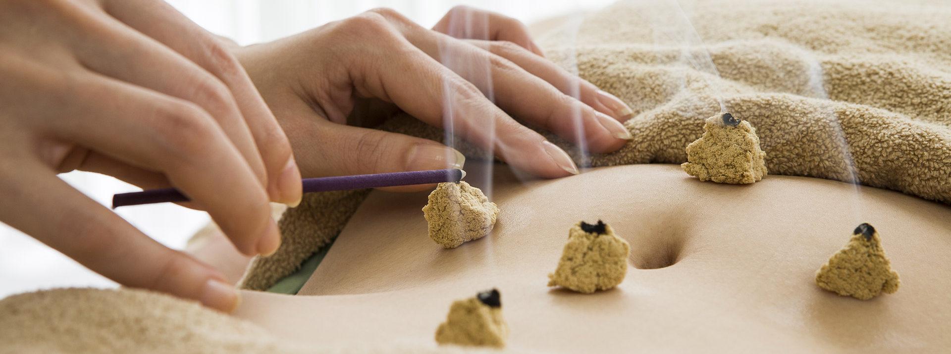 La moxa permette di alleviare i disturbi aggravati dal freddo e dall'umido.